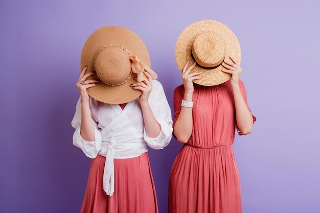春のドレスのポーズで2つの女性