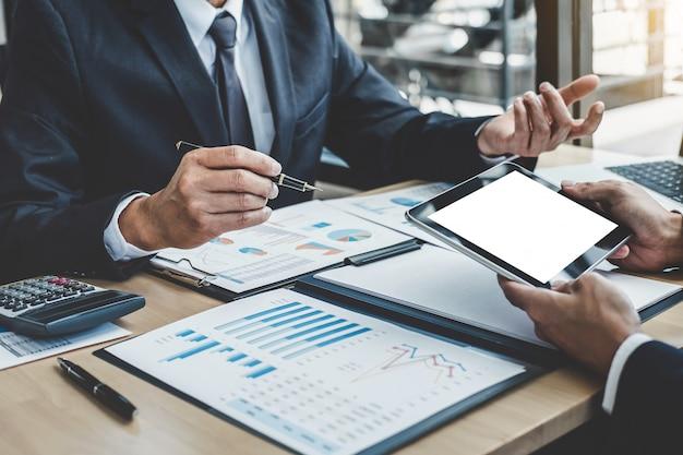 会社の成長プロジェクトの成功の財務統計について議論する2人のエグゼクティブ
