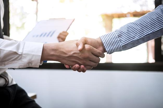 取引契約の良い取引を議論した後のコラボレーションの2つのビジネスハンドシェイク