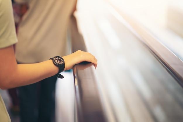 モールの2階にエスカレーターに乗っている女性の視点