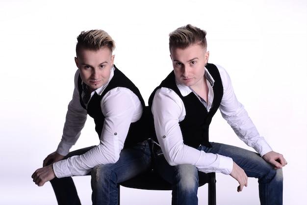 ギャングスタイルのポーズで2つの双子の兄弟