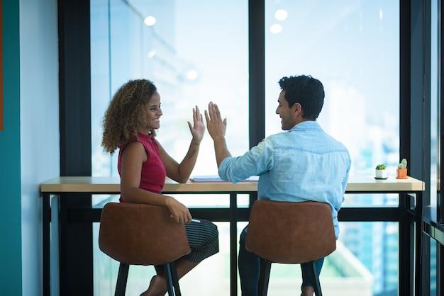 会議で2人の若いビジネスマンのイメージ