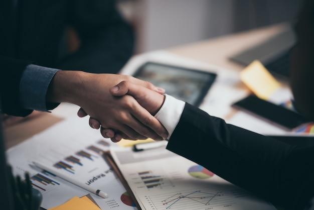 2 уверенно бизнесмена тряся руки во время встречи в концепции офиса, успеха, общаться, приветствия и партнера.
