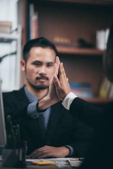 オフィス、成功、取引、挨拶、パートナーのコンセプトで会議中に握手する2つの自信を持ってビジネスの男性。