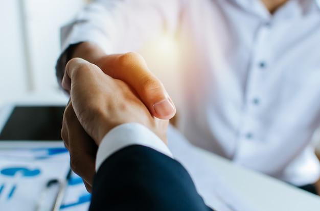 パートナーシップ。オフィスでの会議室での仕事の就職の面接後に握手2人のビジネス人々
