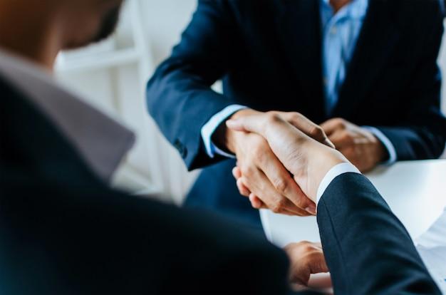 パートナーシップ。 2人のビジネス人々が揺れ