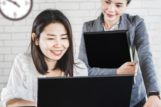 一緒に働く2つの幸せなアジアビジネス女性