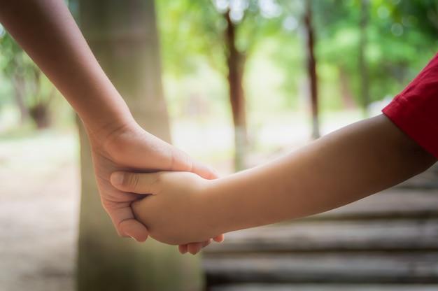 手を携えている2人の子供の手
