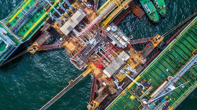 ポートで2つの燃料タンカー船の空中のトップビュー、石油ターミナルは貯蔵のための産業施設