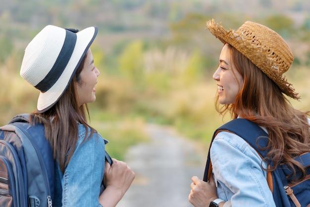 田舎でバックパックを持つ2つの女性観光客