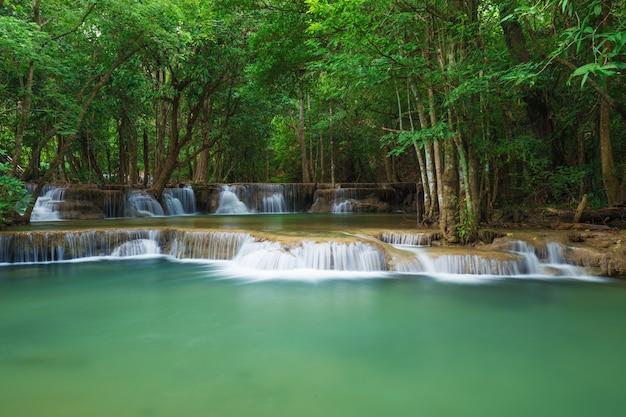 クイーン・スリナガリンド国立公園、カンチャナブリ、タイのフェイメイカミン滝のレベル2