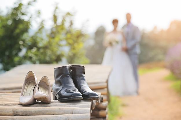 2つの靴が付随して、結婚式前に撮影して一緒にカップルをぼかし