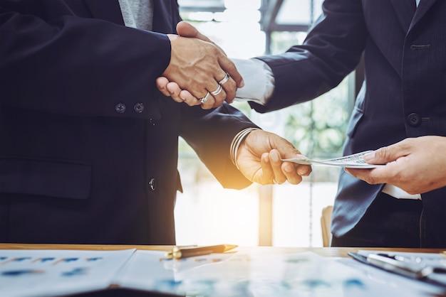 2つのビジネスの男性が一緒に働いて手を振ってください。