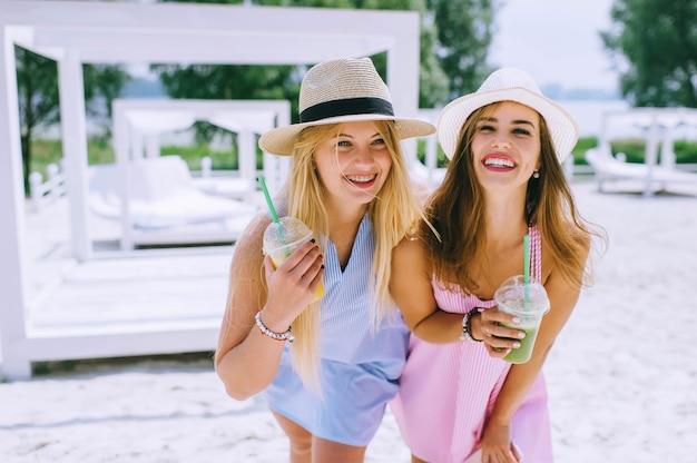 2つの美しい、面白い女の子、飲み物ジュース