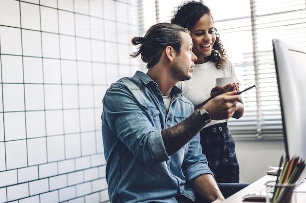 2人のビジネスマンが働いて、ラップトップコンピューターで戦略を議論