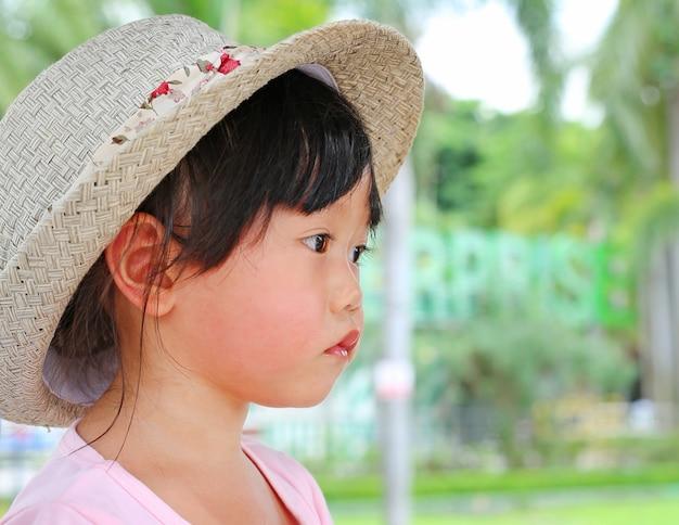 2歳の肖像画かわいい女の子は帽子を見て