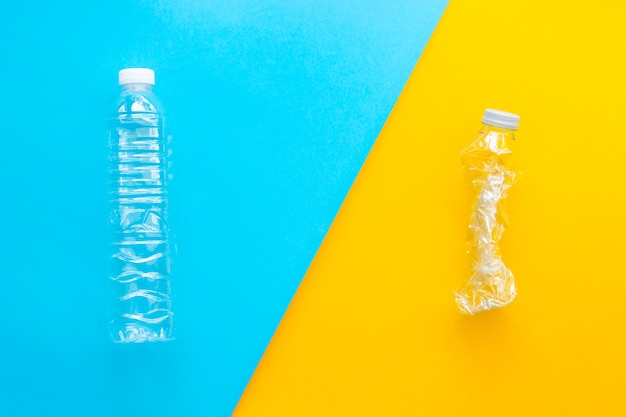 2つの音色の背景にプラスチックボトルをリサイクル