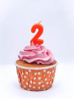 白い背景、誕生日や記念日の概念にキャンドル2でチョコレートカップケーキ。