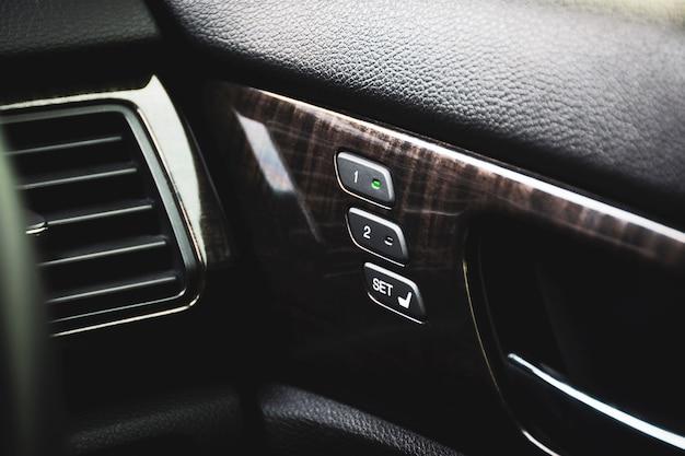 高級車内で簡単に傾斜を調整できるドアパネルの2つのメモリー位置を備えた運転席メモリーボタン。