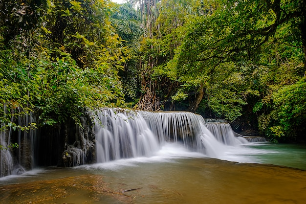 Водопад хуай-мае-ка-мин красивый 2-й этаж водопада в национальном парке канчанабури, таиланд