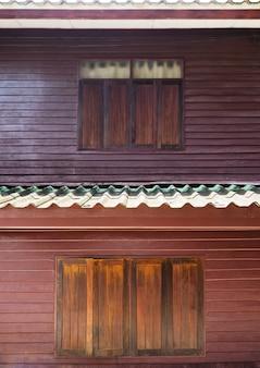 ビンテージ2階建ての家の木製の窓