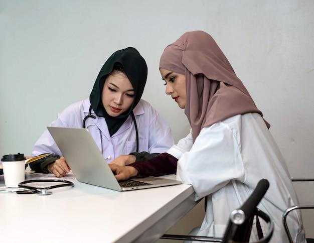 一緒に働いている2人の女性医師、病院で患者のケースについて相談します