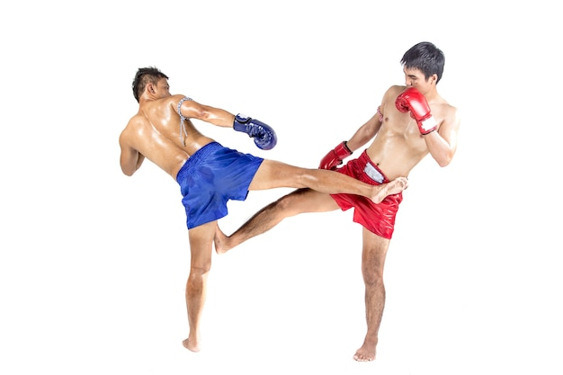 伝統的な武道を演じる2つのタイのボクサー、白い背景に隔離