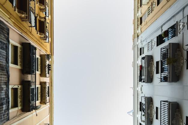2つの古い建物の間の空の背景。