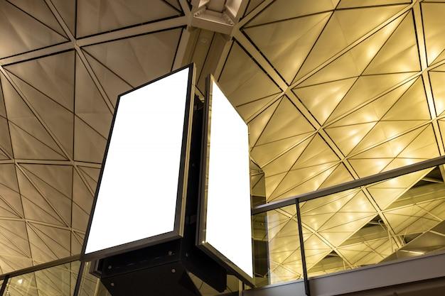 モダンなホールに2つの空の白い看板