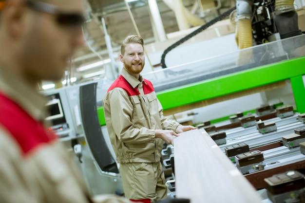 家具工場で働く2人の若い男性
