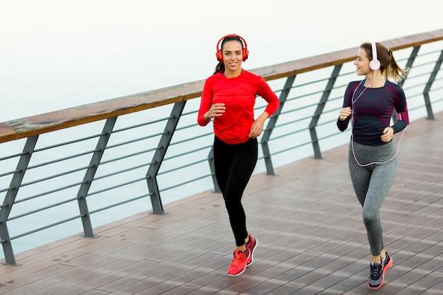朝の川で走っている2人の若い女性