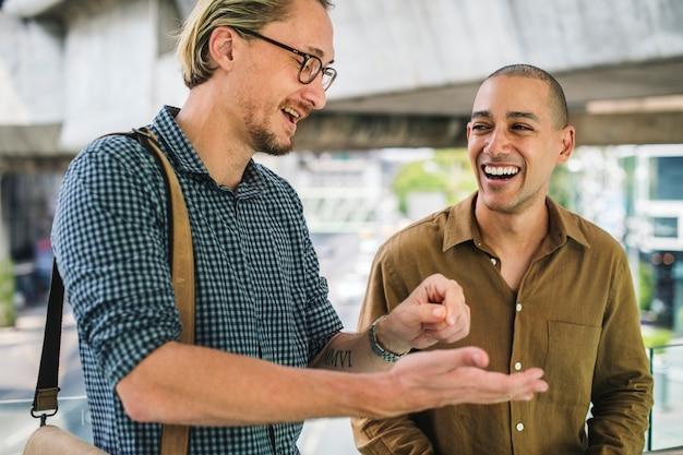 2人の笑いを持つ友人