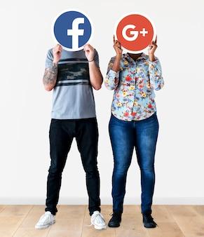 2つのソーシャルメディアアイコンを持つ人々