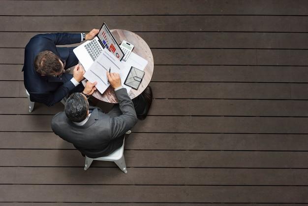 2人のビジネスマンのカフェ会議保険アプリケーションのコンセプト