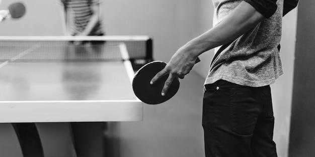 卓球コンセプトを遊ぶ2人の友人