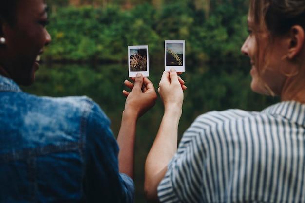 2つの若い女性の大人の友人屋外友情の絆と写真のコンセプト