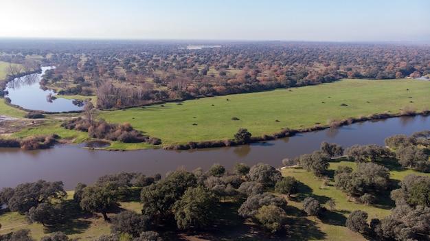 田舎に沿って2つの川の空撮