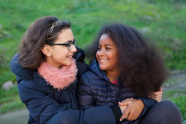 公園にいる2人の幸せな女の子