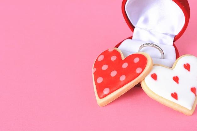 2つの心臓のクッキーと結婚指輪