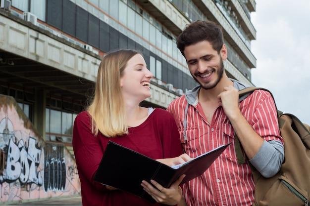 屋外で一緒に勉強している2人の大学生