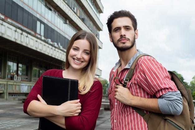 屋外で一緒に勉強する2人の大学生