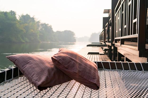 ラフティングコテージテラスでネット上に2つの枕