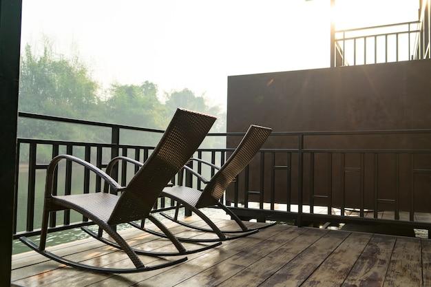 ラフティングコテージテラスで朝の日の出の2つの椅子