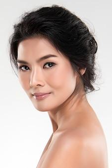 肖像画美しい若いアジア女性きれいな新鮮な素肌の概念。アジアの女の子の美しさの顔のスキンケアと健康、フェイシャルトリートメント、完璧な肌、自然なメイクアップ、2