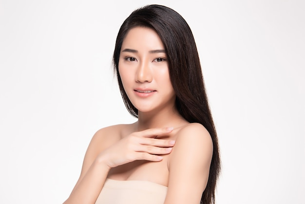 肖像画美しい若いアジア女性きれいな新鮮な素肌の概念。アジアの女の子の美しさの顔のスキンケアと健康、フェイシャルトリートメント、完璧な肌、自然なメイクアップ、2つ