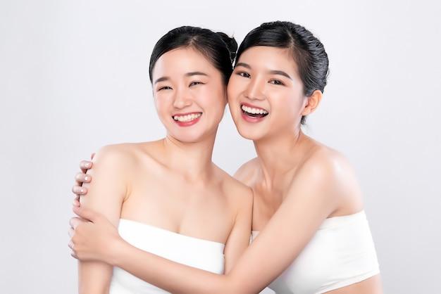 肖像画2つの美しい若いアジア女性きれいな新鮮な素肌の概念。アジアの女の子の美しさの顔のスキンケアと健康