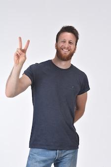 番号2の形をした指を持つ男。