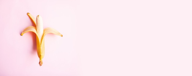 テキストのコピースペースとピンクの背景にフラット構成甘い2つのバナナ。上面図。平置き