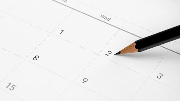 鉛筆はカレンダーの2番目を指します。