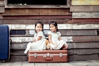 テディベアで遊んでいる2つのかわいいアジアの少女。